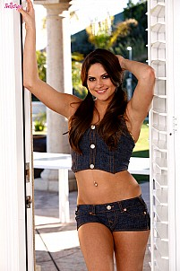 Aspen Rae strips jeans outfit at the patio