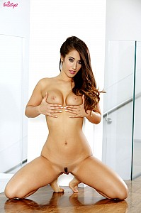 Eva Lovia gallery image 15 of 18