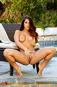Eva Lovia gallery image 15 of 16