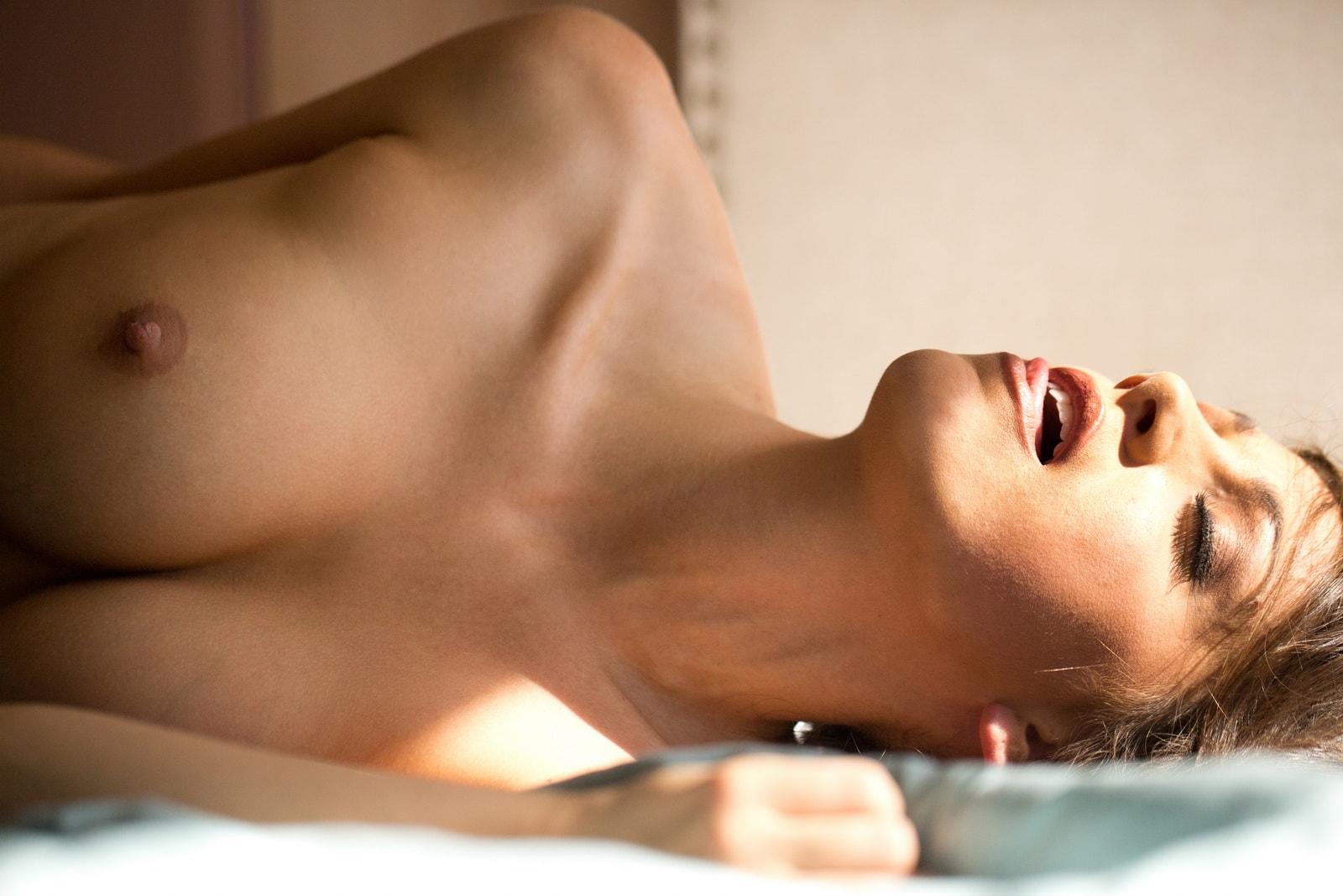выпадает окна грудь возбужденной девушки мужчины, якобы сами