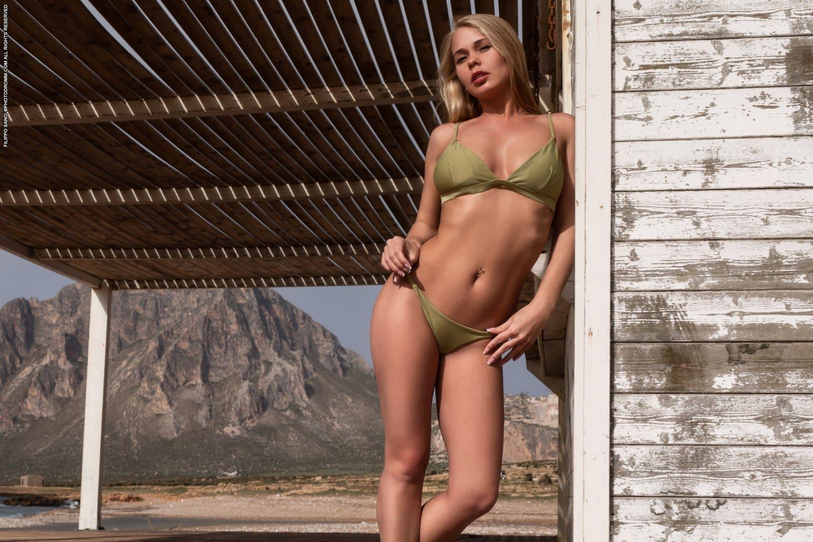 Enjoys Posing Naked - Hot blonde Darna enjoys posing naked outside