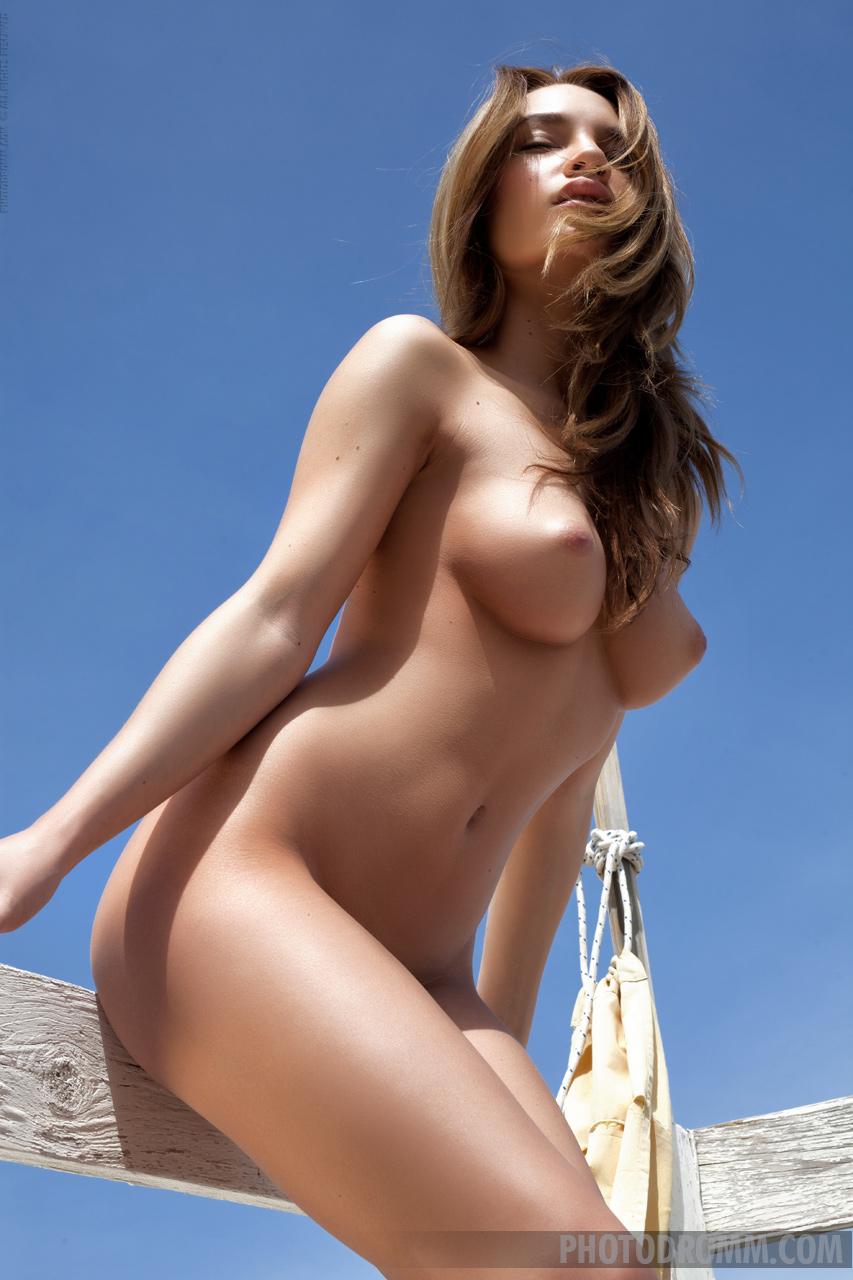 Nici Dee exposes her amazing body in display of ...