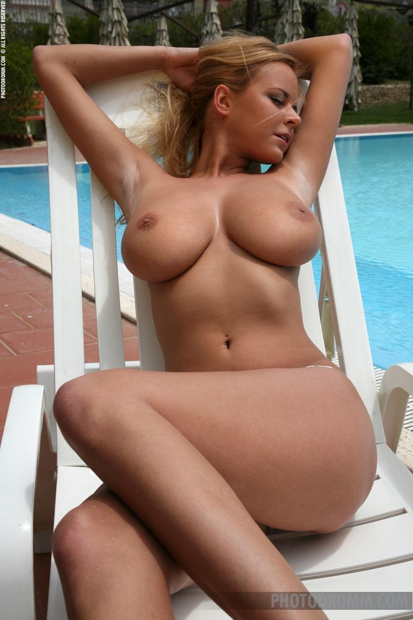 Здесь вы видите на фото. красивая упругая грудь.