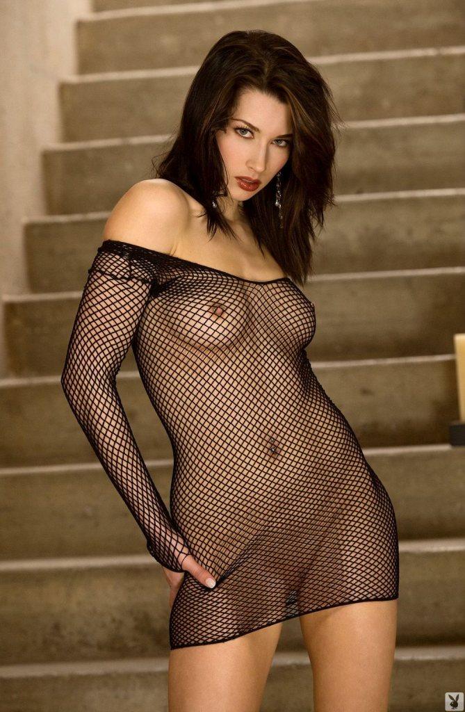 голая девушка в сетчатой кофточке фото