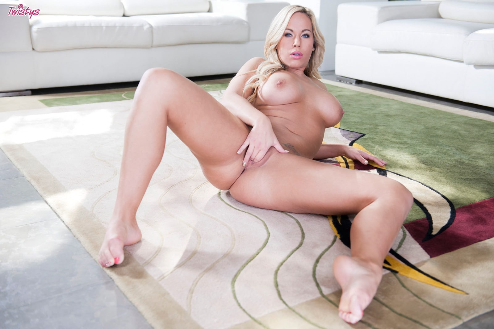 Oriental Stimulates Her Vagina With A Strong Toy
