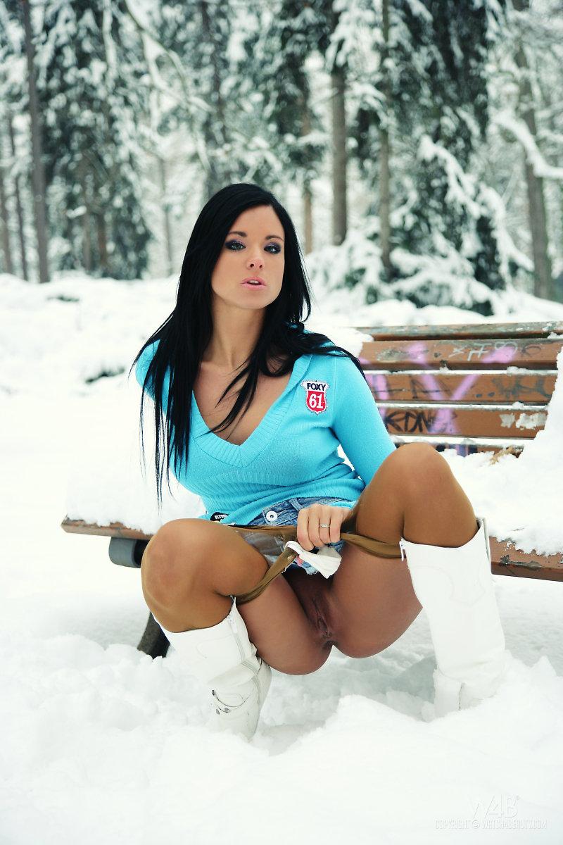 devushki-golie-zimoy-na-ulitse