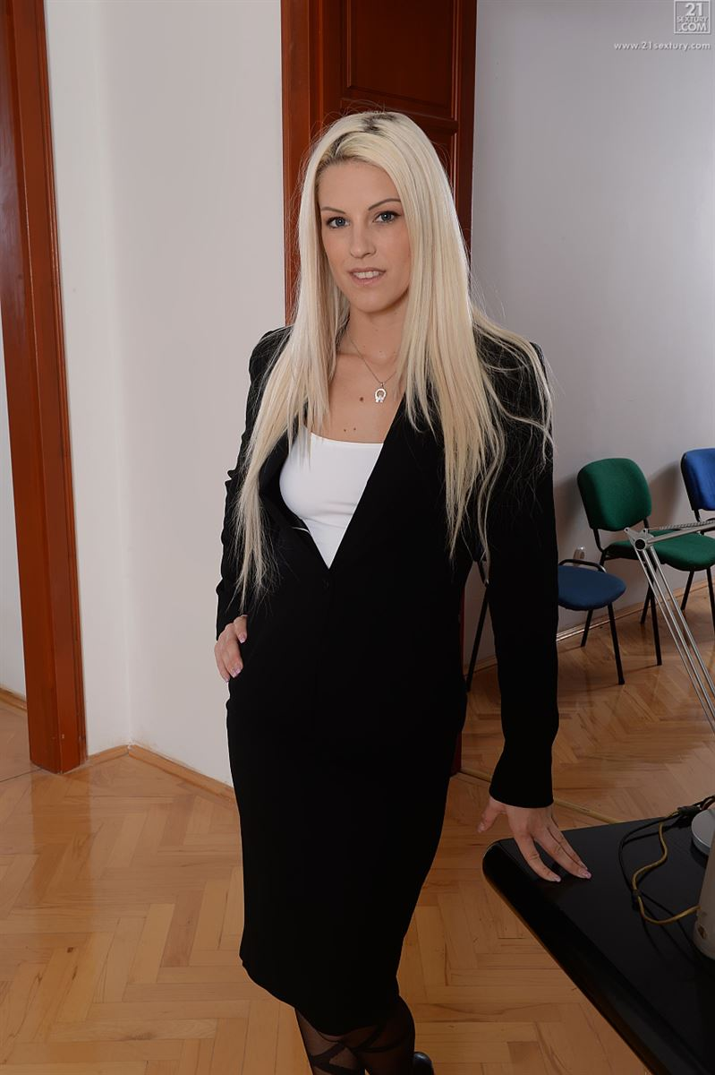 Secretary Pepper Foxxx goes 1 on 1 with her boss behind closed doors  427320