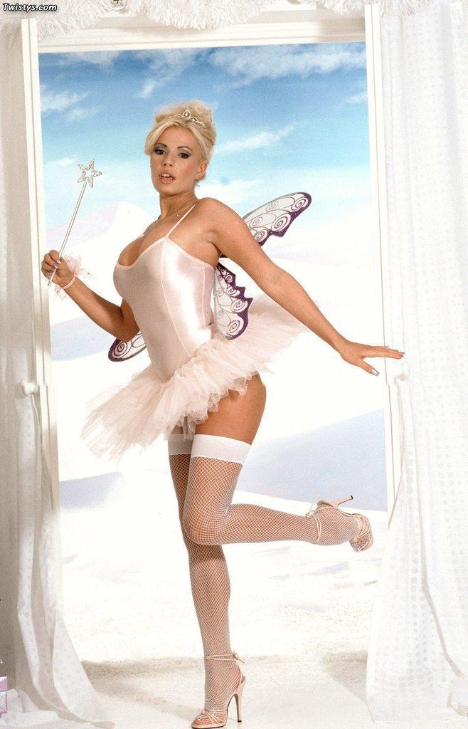 Busty blonde michelle thorne fucks lesbian sluts tight pussy 10