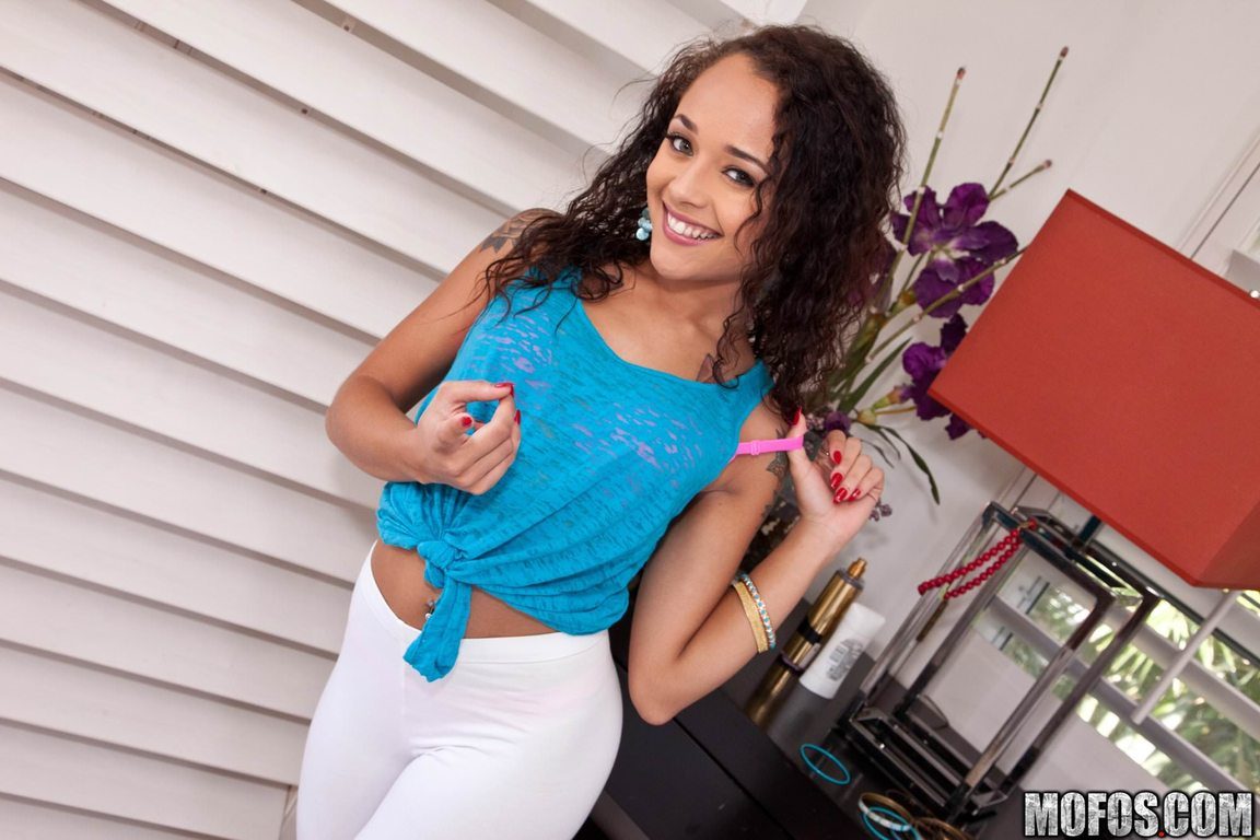 holly hendrix ethnicity